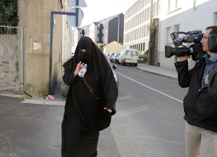 Muslimin 2011 auf dem Weg zur Polizeistation in Nantes: Umstrittenes Gesetz