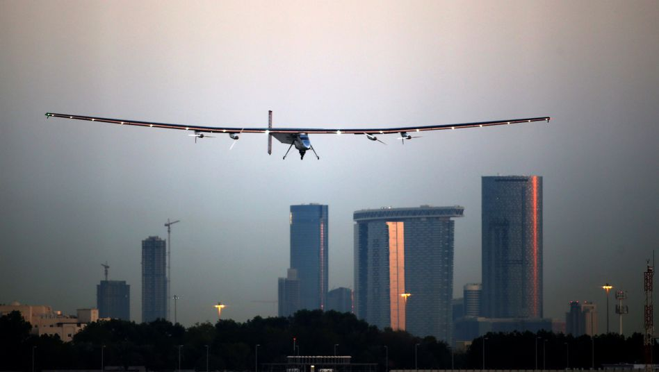 """Solar Impulse 2"": Solarflugzeug startet Erdumrundung"