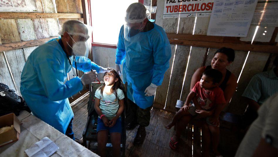Ärzte des brasilianischen Militärs untersuchen ein Kind des Mayoruna-Stamms