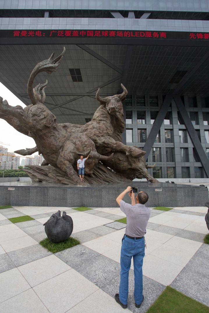 Bronzeskulptur vor der Börse in Shenzhen: Monumentale Bauten