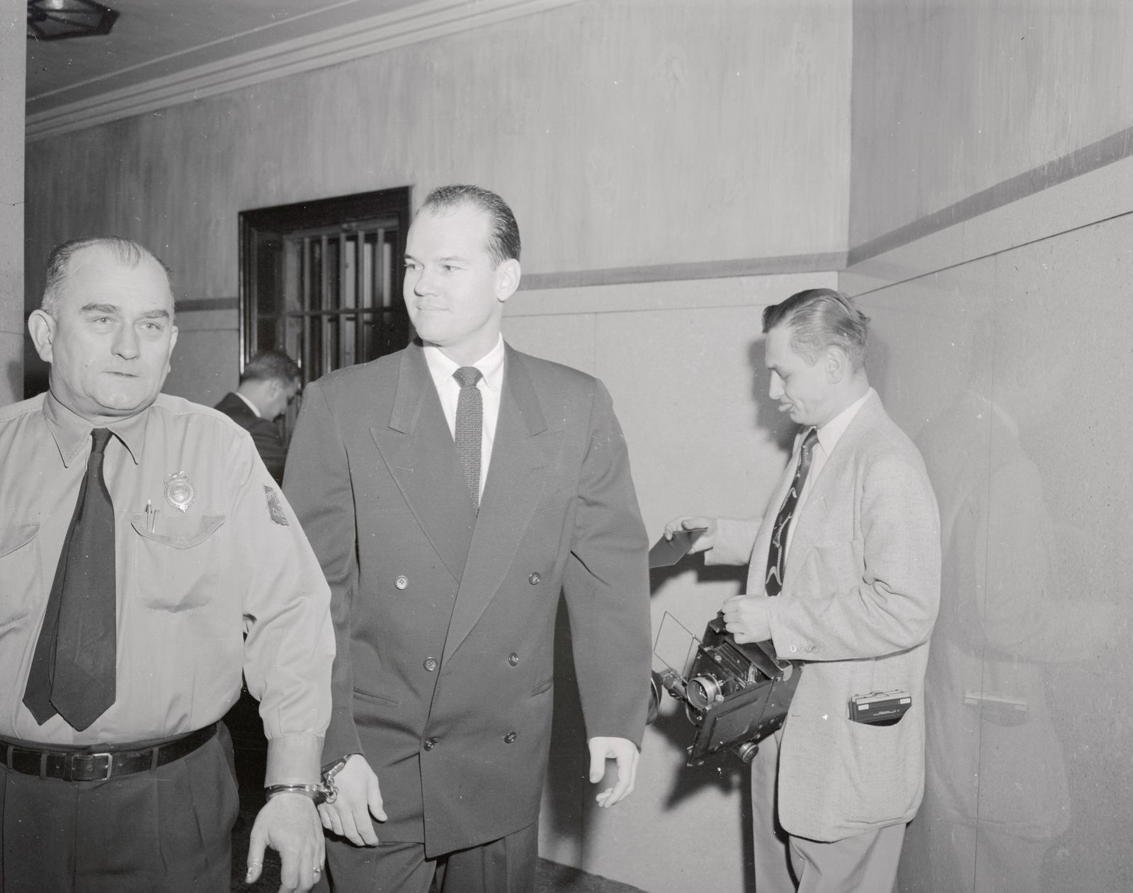 Forensik - Dr Samuel Sheppard Entering Court Handcuffed to Deputy