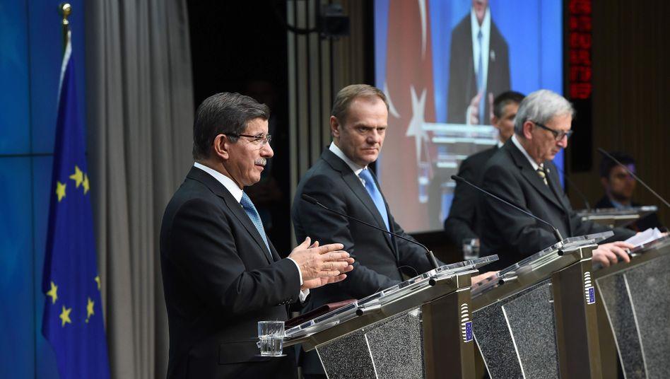 Türkischer Premier Davutoglu (l.) mit EU-Ratspräsident Tusk und EU-Kommissionschef Juncker