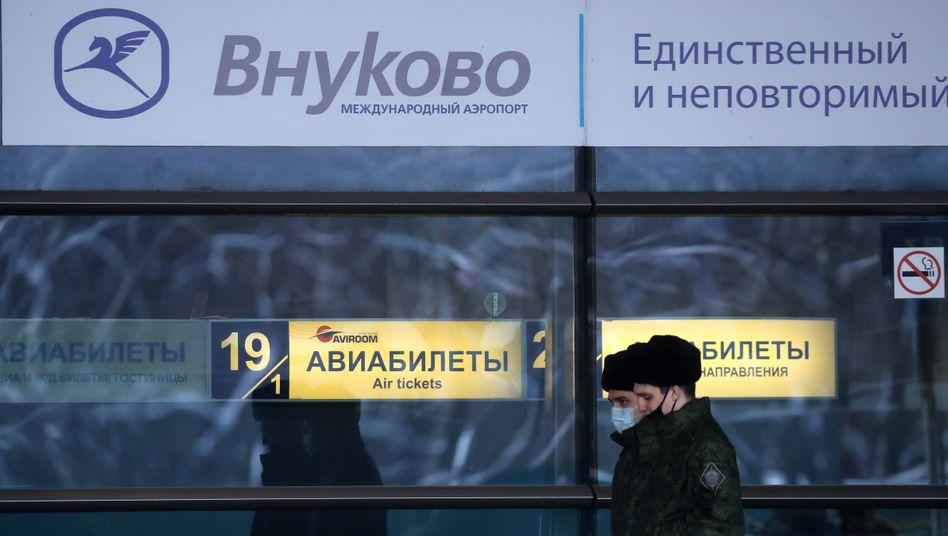 Sicherheitskräfte patrouillieren vor Nawalnys Ankunft auf dem Moskauer Flughafen Wnukowo