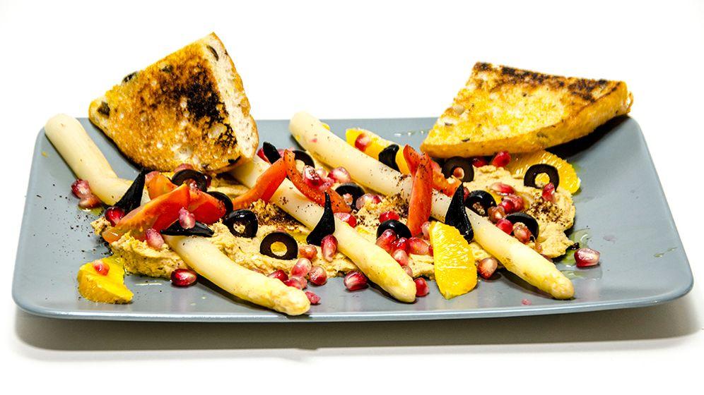 Zubereitung: Orangenhummus mit Spargel und schwarzem Knoblauch