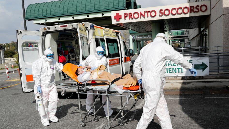 Szene vor einem Krankenhaus in Rom