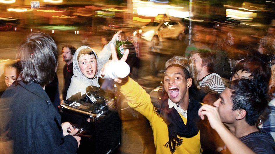 Jugendliche am Schlesischen Tor in Kreuzberg