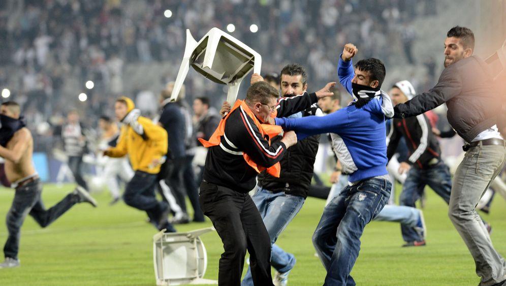 Derby Besiktas vs. Galatasaray: Platzsturm in Istanbul