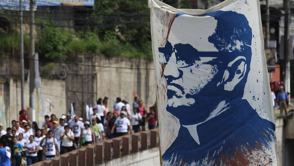 Porträt des ermordeten Erzbischofs Romero in San Salvador: Seliger Märtyrer