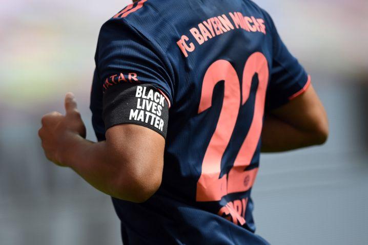"""Serge Gnabry und seine Kollegen stellen sich gegen Rassismus: """"Black Lives Matter"""""""