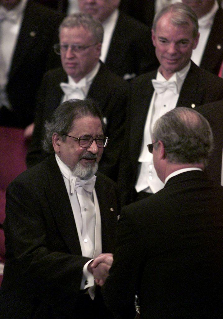 Naipaul 2001 bei der Verleihung des Literaturnobelpreises