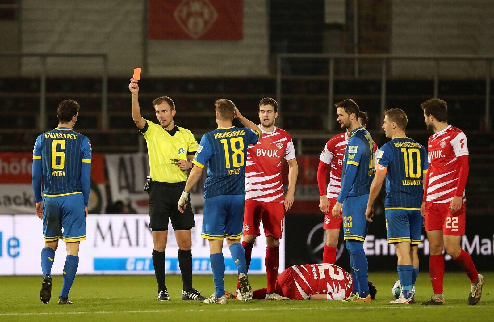 v.li.: Dominik Wydra (Eintracht Braunschweig) bekommt von Schiedsrichter Florian Heft die gelb-rote Karte, second yello