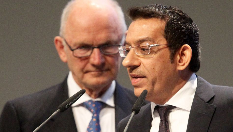 VW-Aufsichtsratschef Ferdinand Piech stellt den neuen Aufsichtsrat Hussain Ali Al-Abdulla aus Katar vor (Archiv)