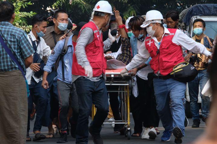 Rettungssanitäter versorgen einen Schwerverletzten