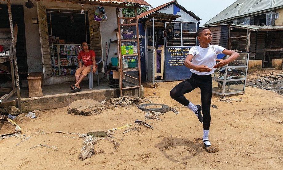 Anthony zeigt seiner Mutter vor ihrem Kiosk (links), was er in der Ballettschule gelernt hat