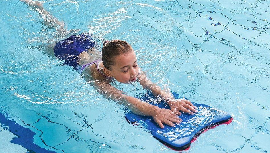 Mädchen beim Schwimmtraining