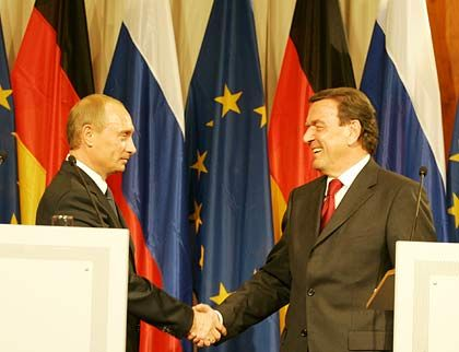 Vladmir Putin and Gerhard Schröder announce the deal on the Baltic Sea gas pipeline on Sept. 8.