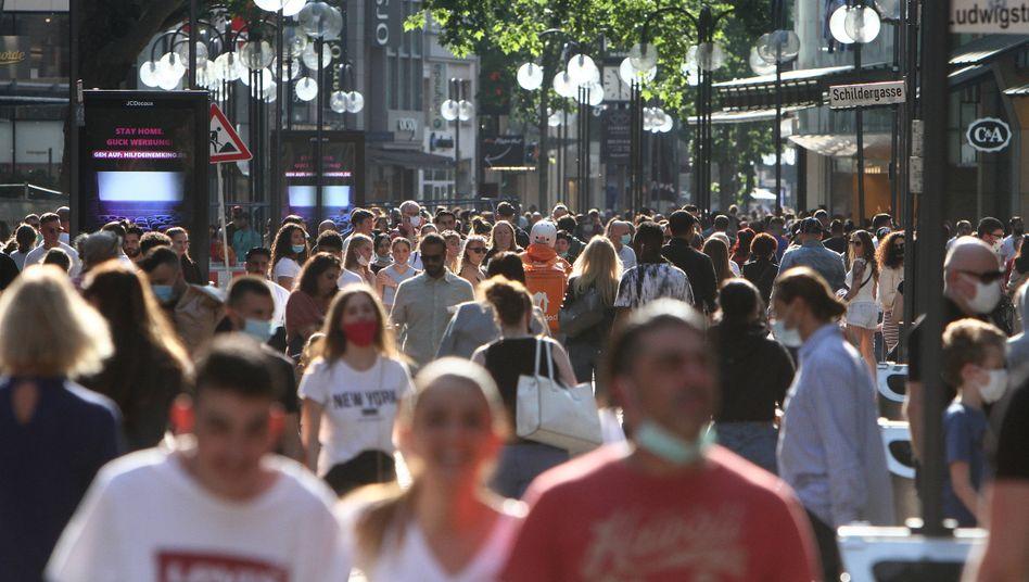 """Gedränge in einer Fußgängerzone in Köln: """"Viele Menschen wissen nicht mehr, wem sie eigentlich glauben sollen"""""""