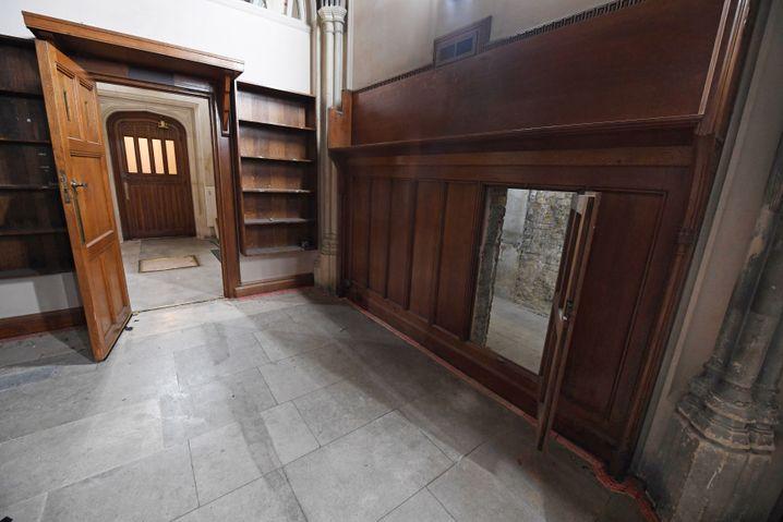 Die Tür zum Geheimgang (rechts) entdeckten Historiker während Renovierungsarbeiten