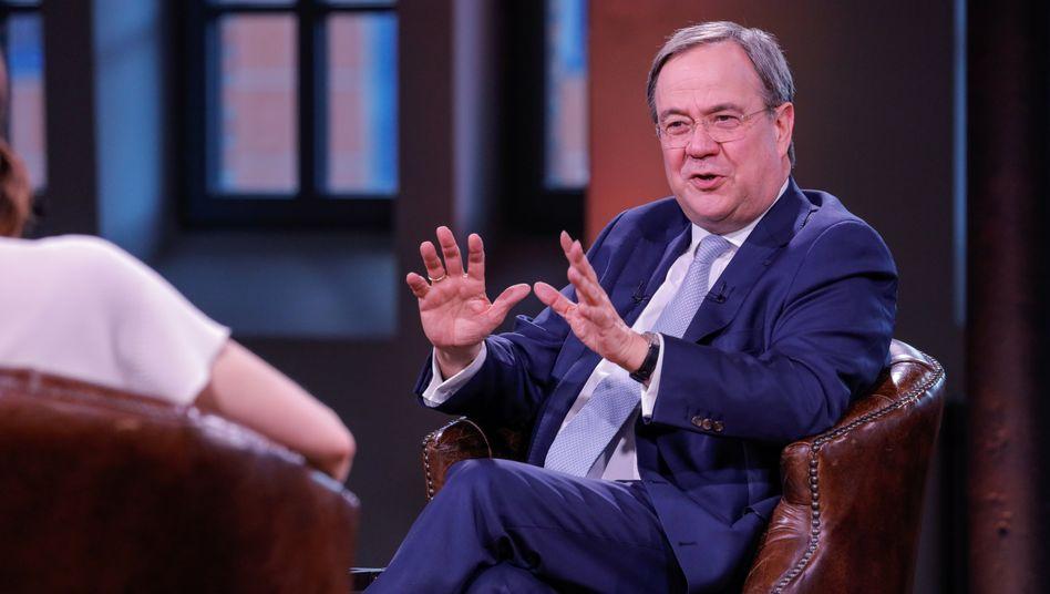 CDU-Chef Armin Laschet ist für ein ProSieben-Interview zu Gast bei den Moderatoren Linda Zervakis und Louis Klamroth