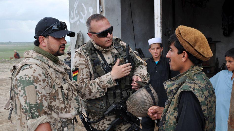 Einsatz für die Bundeswehr: Hunderte Afghanen arbeiteten als Ortskräfte für die Truppe (Deutscher Soldat mit einem afghanischen Dolmetscher im Jahr 2012)