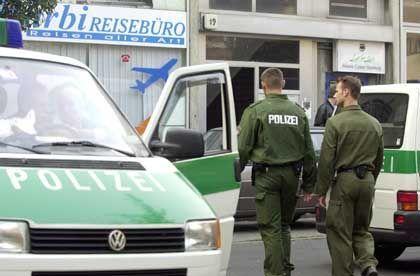 Terroralarm in Hamburg-St. Georg: Polizeibeamte sichern den Eingang der El-Nour-Moschee