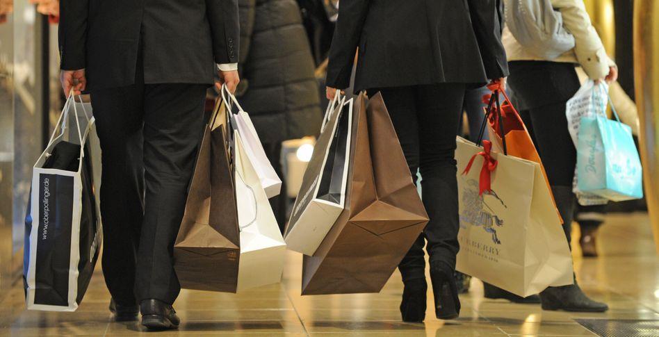 Konsumenten mit Einkaufstüten: Die Binnennachfrage stützt das Wachstum