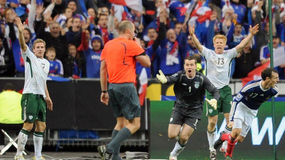 Schiedsrichter Hansson, protestierende Iren: Nach einem umstrittenen Handspiel flog Irland aus der Qualifikation