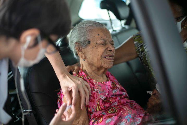 Eine Seniorin wird im Drive-thru-Impfzentrum geimpft