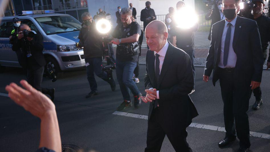 Olaf Scholz auf dem Weg ins Fernsehstudio
