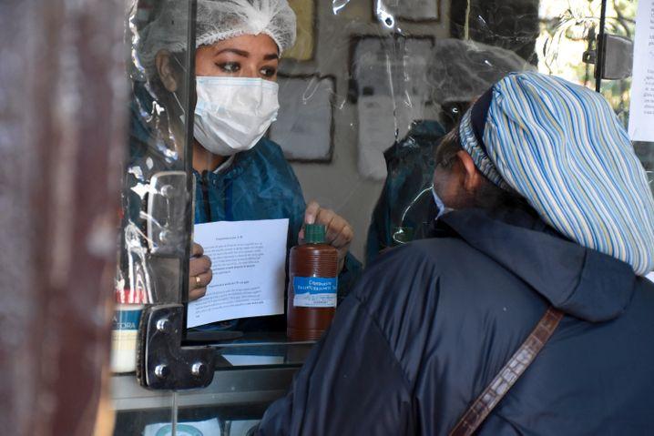Eine Frau kauft in Bolivien in einer Apotheke das Bleichmittel Chlordioxid