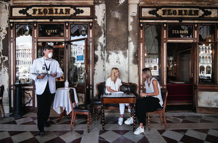 """A waiter and guests at a café in Venice after the lifting of the lockdown: """"It is right to show solidarity now."""""""