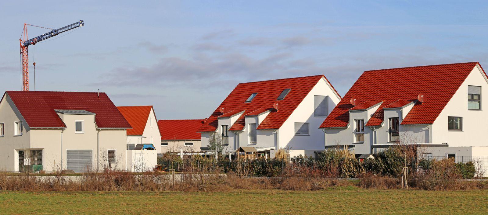 Neubaugebiet am Ortsrand von Neuhofen (Rheinland-Pfalz). Grünen-Fraktionschef Anton Hofreiter hat mit kritischen Aussag