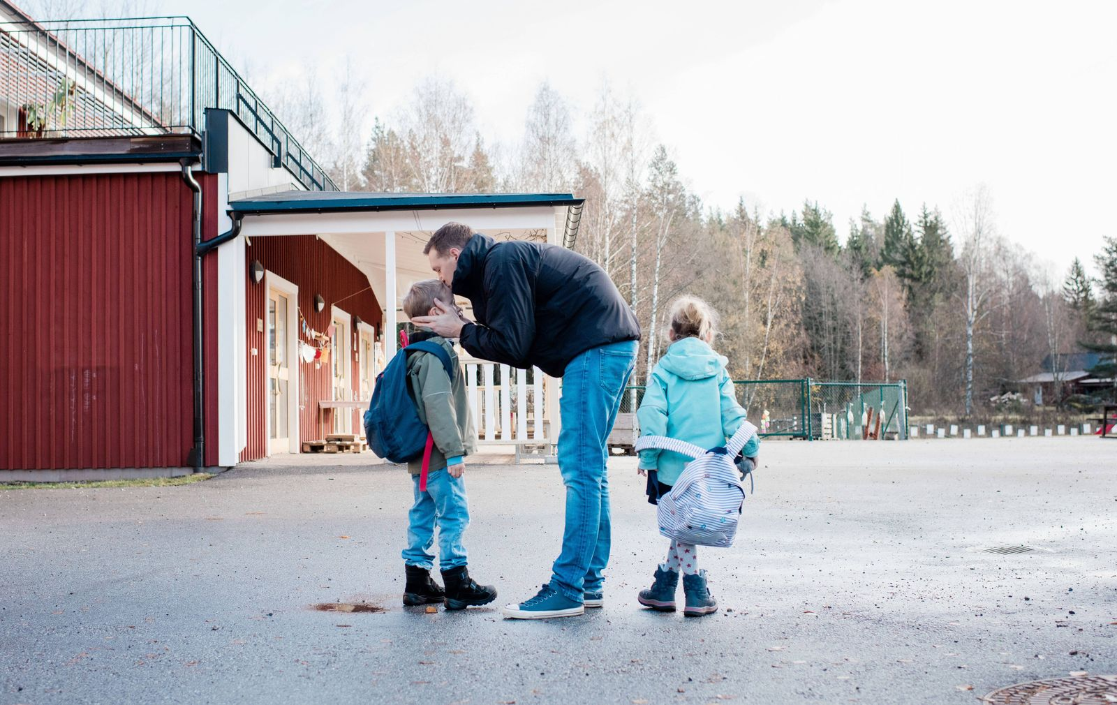 father kissing his kids goodbye at the school gates Norrtälje, Sweden PUBLICATIONxINxGERxSUIxAUTxONLY CR_RABE191115-2384