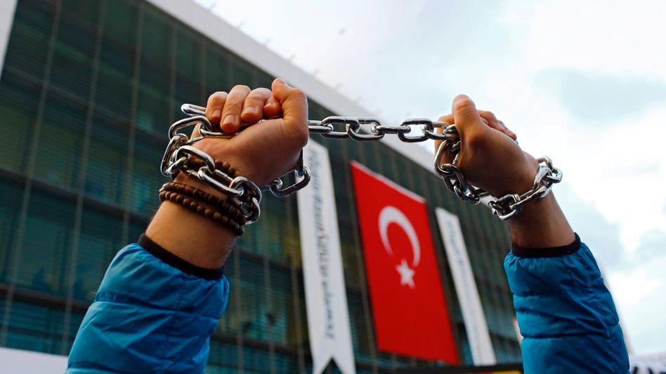 Ein Gülen-Anhänger demonstriert in Istanbul (Archivfoto von 2016)