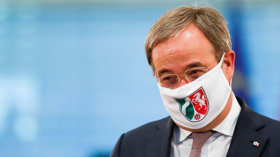 Armin Laschet, Ministerpräsident von Nordrhein-Westfalen, mit Maske