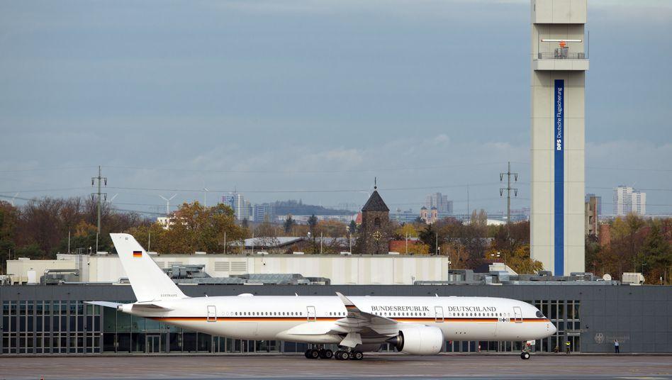 Airbus A350 der Flugbereitschaft vor dem aktuellen Regierungsterminal am BER