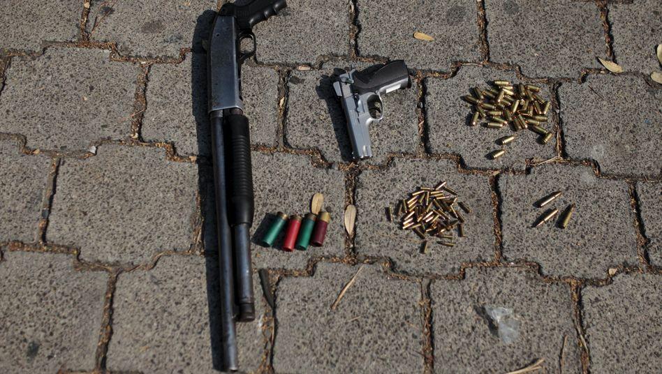 Beschlagnahmte Waffen von Gangmitgliedern in El Salvador