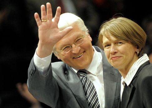 Bloß nicht zu viel Überschwang: Frank-Walter Steinmeier neben seiner Frau Elke Büdenbender, hier im April 2009 in Berlin