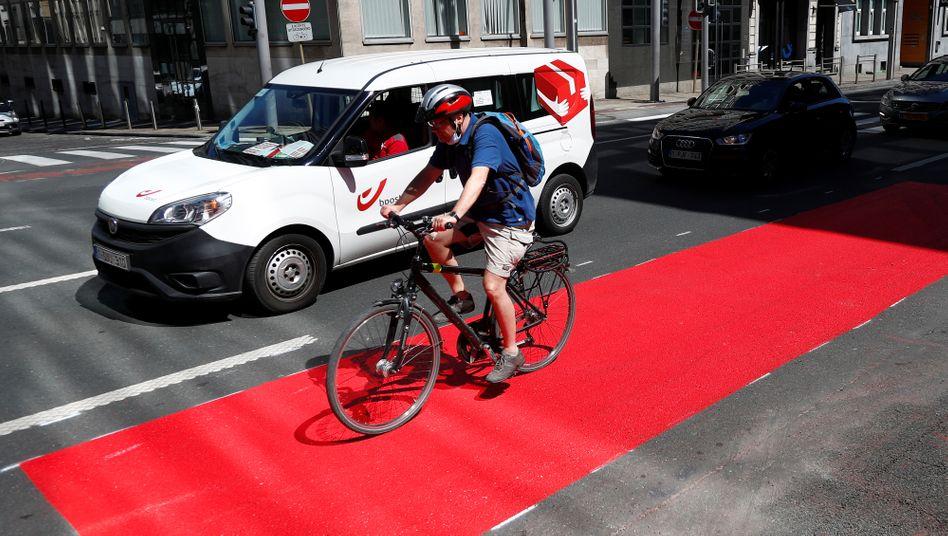 Brüder, aufs Rad! Die Stadt Brüssel rollt Radfahrern den roten Teppich aus.