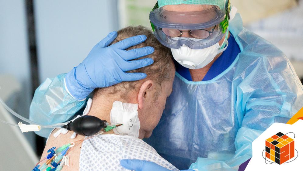 Pfleger auf der Covid-Intensivstation der Uniklinik Tübingen mit einem Patienten, der kurz zuvor von der künstlichen Beatmung entwöhnt wurde