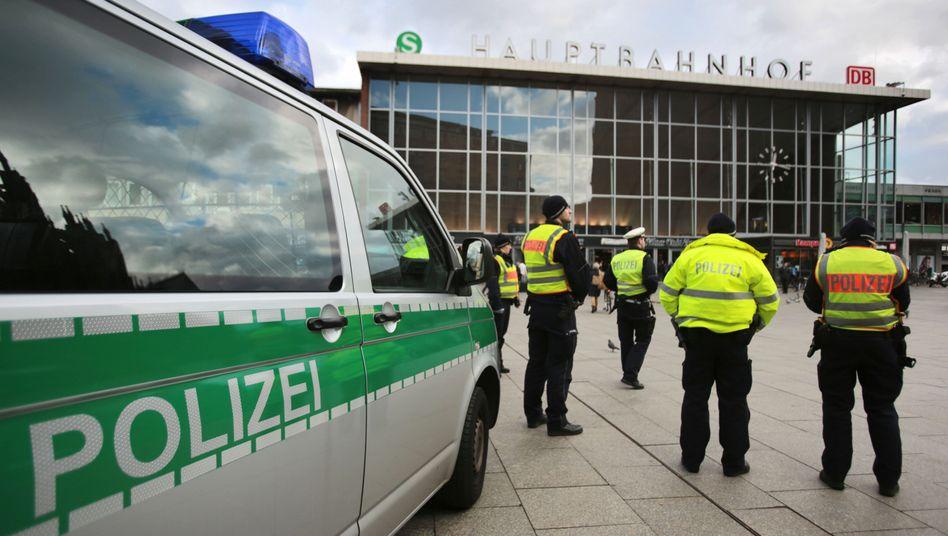 Polizisten vor dem Kölner Hauptbahnhof (Archiv)