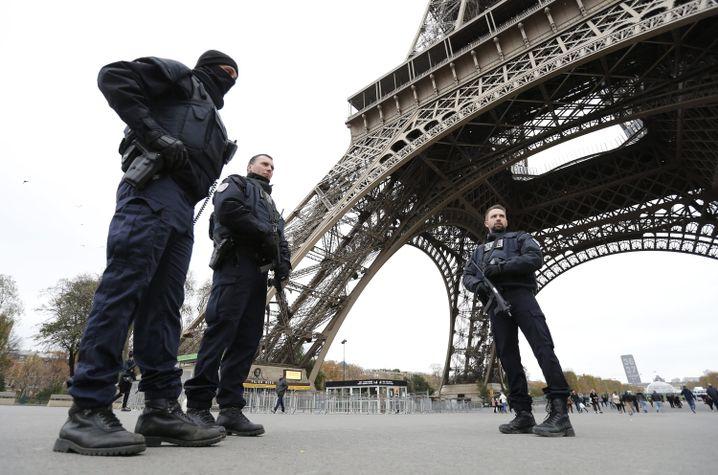 Einsatzkräfte am Eiffelturm: Frankreich schließt Pariser Sehenswürdigkeiten