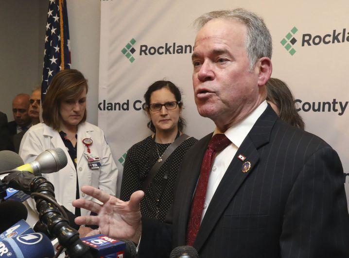 Landrat Ed Day bei einer Pressekonferenz in seinem Büro in New City