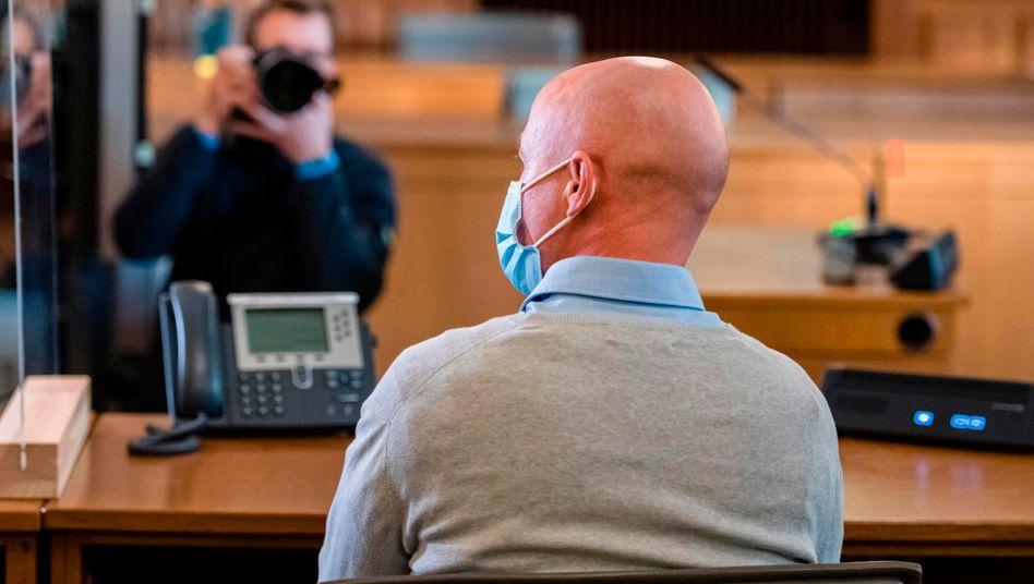 Der Angeklagte vor dem Landgericht in Leipzig: In seinem Haus entdeckten die Ermittler auch jede Menge NS-Devotionalien