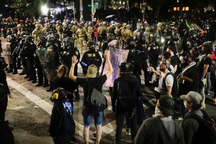 Massive Konflikte: Polizisten und Black-Lives-Matters-Demonstranten am Samstag in Portland