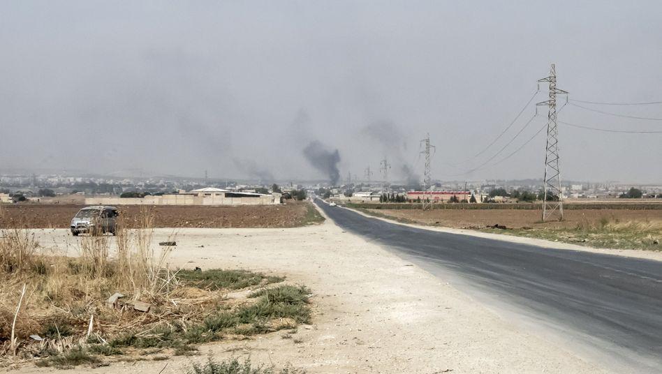 Rauchwolken nach einem Granatenangriff durch türkische Streitkräfte auf die syrische Grenzstadt Ras al-Ain