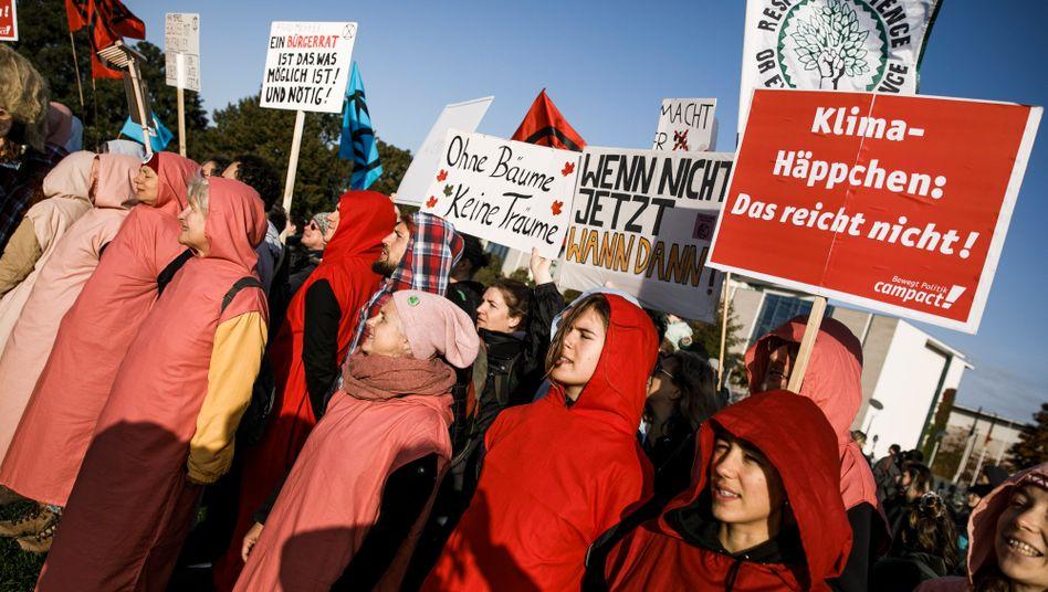 Junge Klimaaktivisten protestieren vor dem Reichstag in Berlin