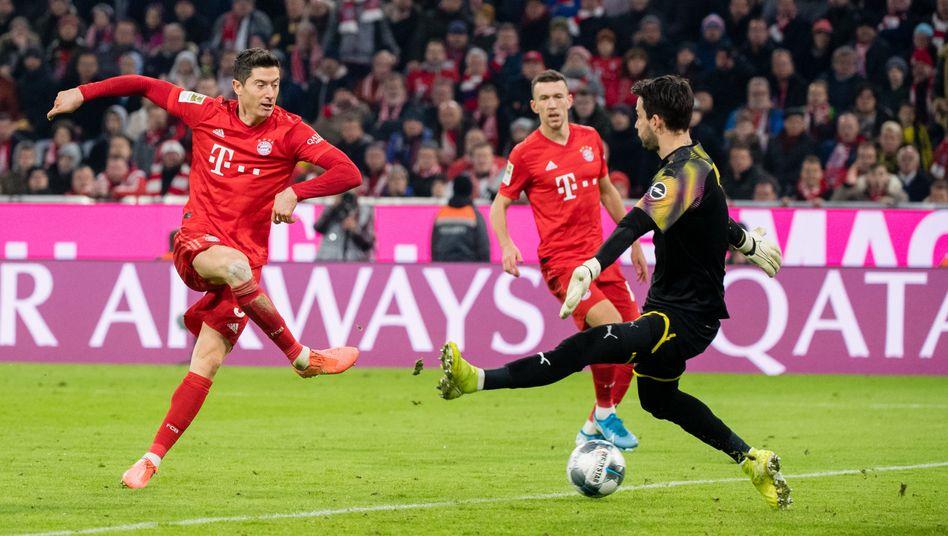 Bayerns Robert Lewandowski, BVB-Torwart Roman Bürki