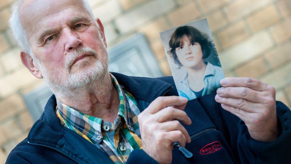 Hans von Möhlmann mit einem Foto seiner Tochter
