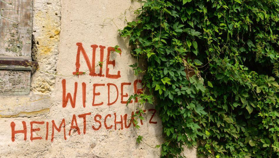"""Graffiti in Meissen (Sachsen): """"Die 'Dresdner Erklärung' ist zutiefst populistisch, nationalistisch und trägt Züge rechter Naturschutzideologien"""""""